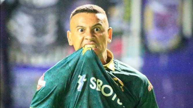 Striker Tira Persikabo, Alex Goncalves.