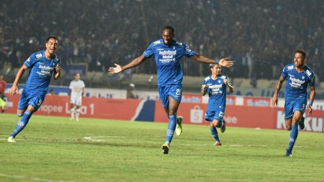 Selebrasi pemain Persib usai mencetak gol