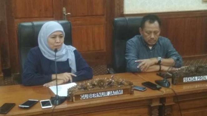 Gubernur Jawa Timur Khofifah Indar Parawansa di Gedung Negara Grahadi Surabaya, Jawa Timur, pada Minggu malam, 15 Maret 2020.