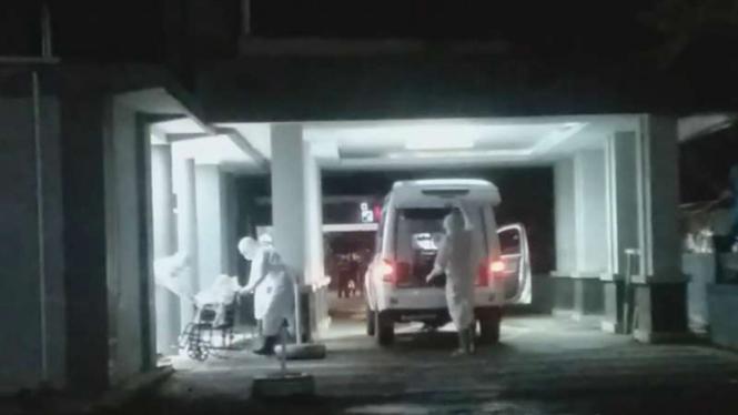 Tim medis mengevakuasi seorang Pasien Dalam Pengawasan (PDP) yang dicurigai tertular virus corona di Garut.
