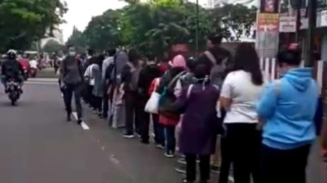 Antrean penumpang TransJakarta hingga ke jalan raya