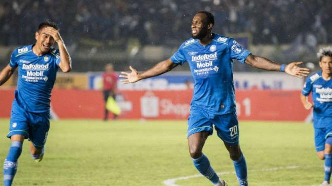 Pemain Persib Bandung, Geoffrey Castillion rayakan gol.