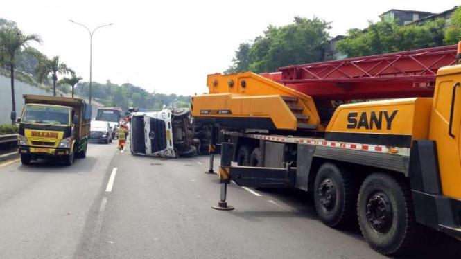 2 truk terguling di tol JORR.
