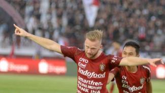 Pemain Bali United, Melvin Platje rayakan gol.