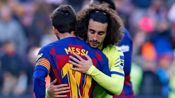 Bek terbuang Barcelona, Marc Cucurella berpelukan dengan Lionel Messi