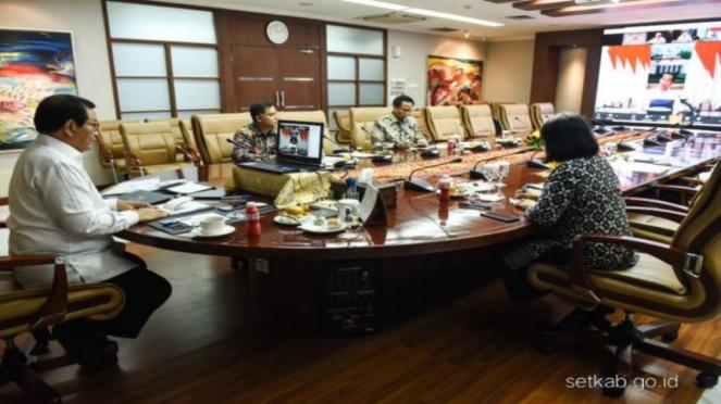 Seskab Pramono Anung menggelar rapat online dengan Presiden Jokowi