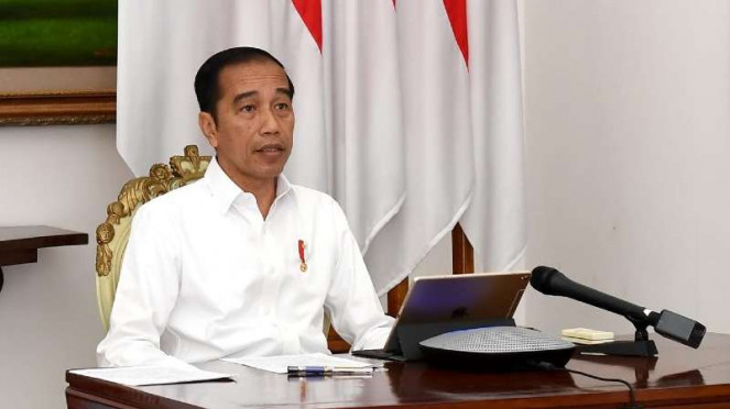 Presiden Jokowi memimpin rapat kabinet terbatas online dari Istana Bogor