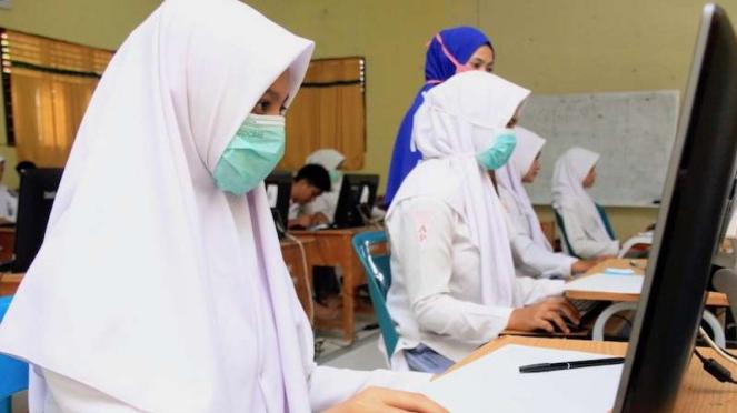 Sejumlah siswa mengikuti Ujian Nasional Berbasis Komputer (UNBK) di Sekolah Menengah Kejuruan (SMK) Negeri 1 Idi, Kabupaten Aceh Timur, Aceh, Selasa (17/3/2020).