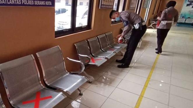 Persiapan social distancing layanan pengurusan SIM Satlantas Polres Serang Kota