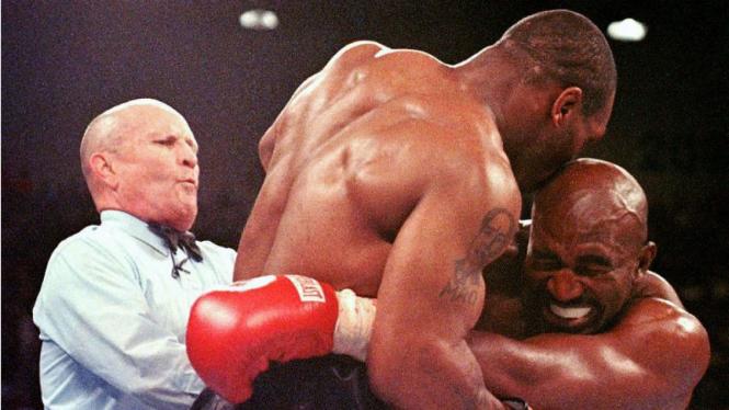 Aksi Mike Tyson menggigit telinga kanan Evander Holyfield