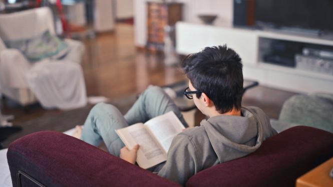 Anak belajar di rumah.