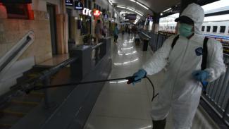 Semprotan disinfektan cegah Corona di Stasiun Malang