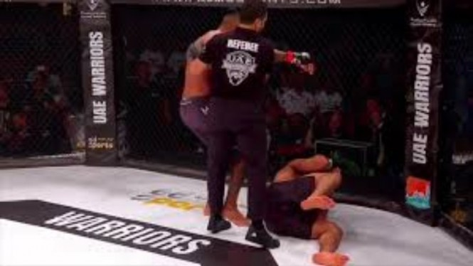 Mahmoud Hassan saat dibikin KO oleh Chi Lewis-Parry.