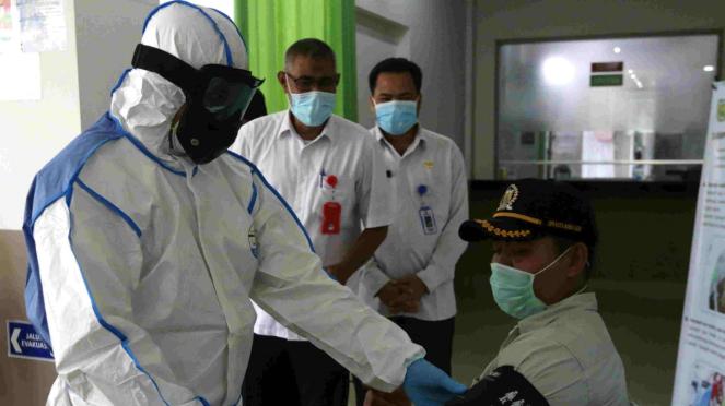 Petugas medis pakai alat pelindung diri (APD) dalam pemeriksaan corona