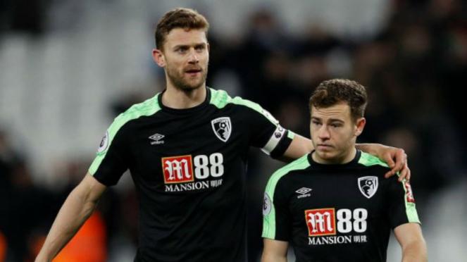 Dua pemain Bournemouth, Simon Francis dan Ryan Fraser