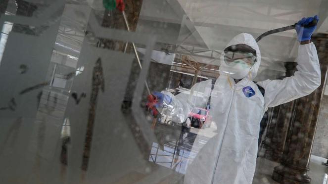 Cegah Corona, petugas menyemprotkan cairan disinfektan