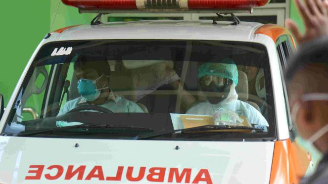 Petugas medis membawa pasien baru terduga Corona COVID-19 (Foto ilustrasi)