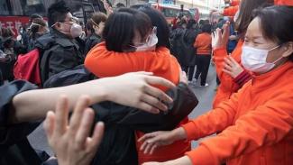 Para petugas medis di Hubei, China, terharu tak ada lagi kasus COVID-19.
