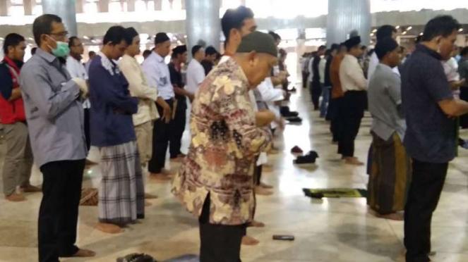 Warga tetap berdatangan ke Masjid Istiqlal meski tidak ada salat Jumat.