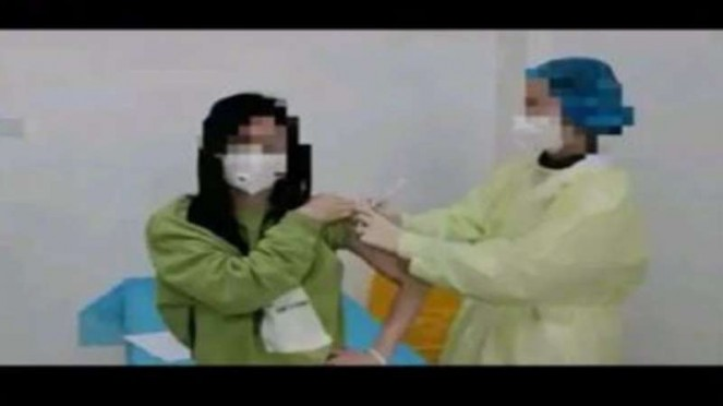 Penyuntikan vaksin corona China.