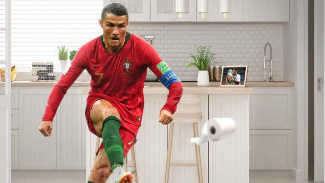 Ilustrasi Cristiano Ronaldo beraksi di tantangan tisu toilet