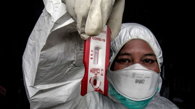 Petugas Dinas Kesehatan Kabupaten Bogor menunjukkan hasil rapid test Corona