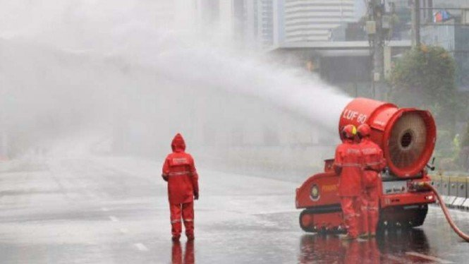 Penyemprotan disinfektan di Jakarta.