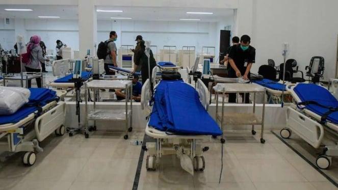 Petugas mempersiapkan alat medis di RS Darurat Covid-19, kompleks Wisma Atlet