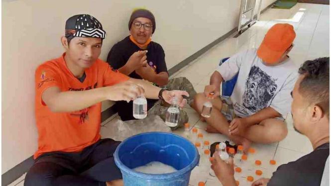 Sejumlah warga Sumber Rejo Mertoyudan Magelang Jawa Tengah berinisiatif membuat hand sanitizer untuk dibagikan gratis