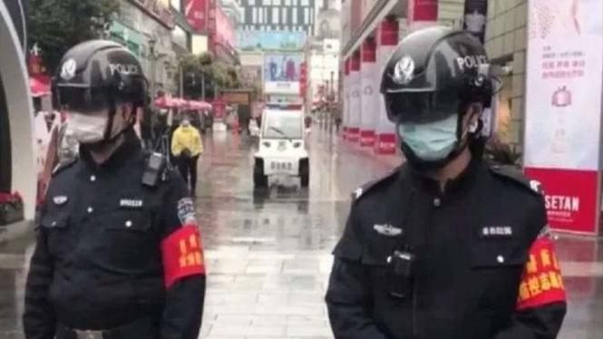 Polisi China melakukan patroli dengan helm pendeteksi suhu tubuh manusia.