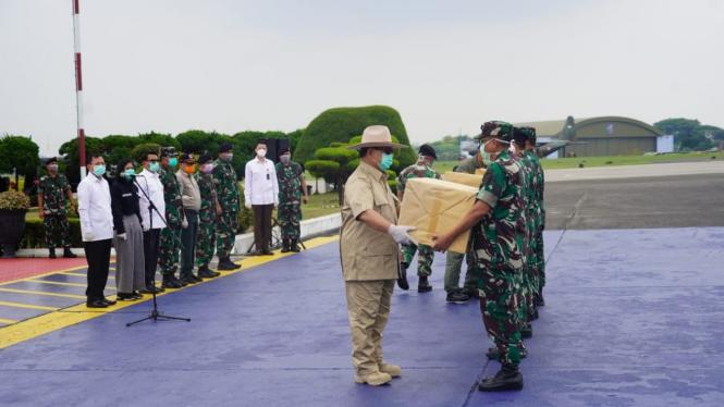Menhan Prabowo Subianto saat menerima APD