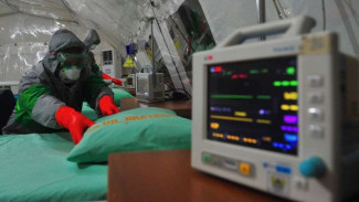 Anggota Tim Medis mengenakan atribut lengkap saat mengecek kesiapan alat di Tenda Isolasi Virus Corona (COVID-19), RS dr Bratanata, Denkesyah 02.04.02, Korem 042/Garuda Putih, Jambi, Senin (16/3/2020).