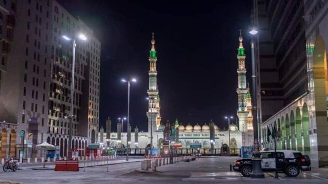 Suasana di halaman Masjid Nabawi Madinah saat pemberlakuan jam malam