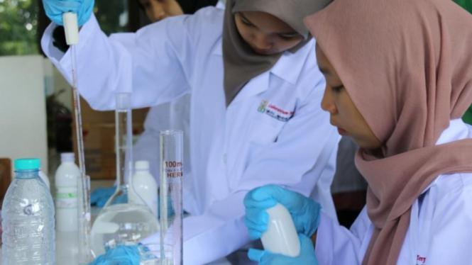 Mahasiswi IAINJember saat membuat hand sanitizer di laboratorium