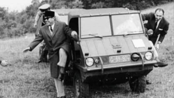 Bung Karno menjajal mobil perang Steyr Puch Haflinger