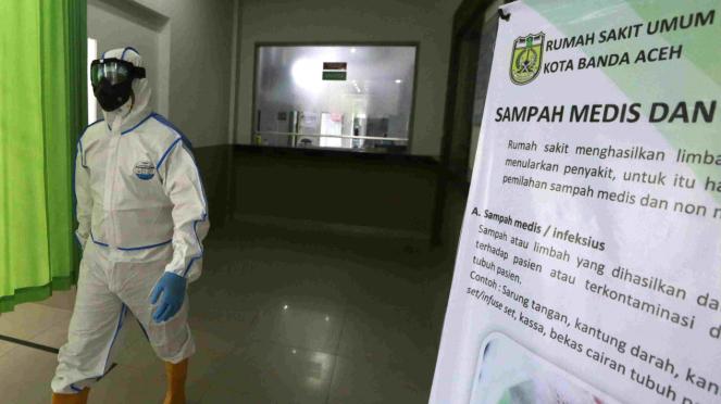 Petugas menggunakan alat pelindung diri (APD) cegah virus Corona Covid-19