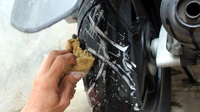 Ilustrasi mencuci ban motor