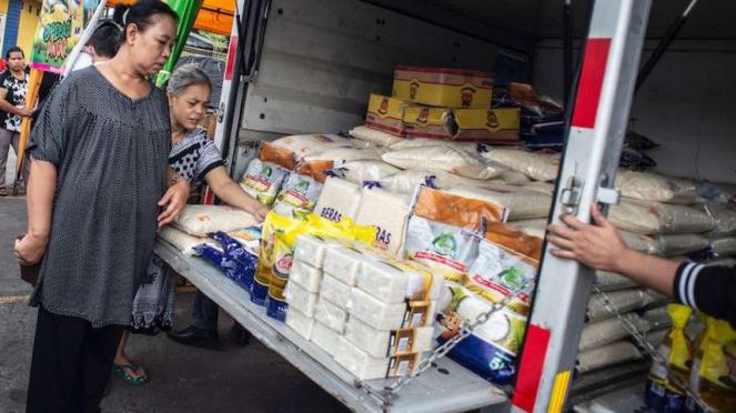 Warga memilih beras dalam operasi pasar komoditas pangan di Pasar Kramat Jati, Jakarta, Rabu (18/3/2020). Pemerintah melalui Perum Bulog melakukan optimalisasi kegiatan operasi pasar dalam rangka mencegah dan menangani terjadinya gejolak harga pangan.