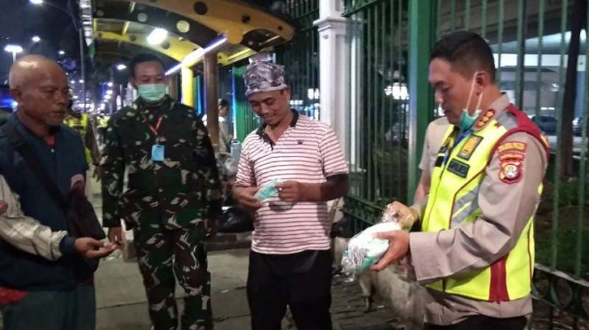 Polisi bagikan masker saat patroli gabungan di Jakarta Pusat