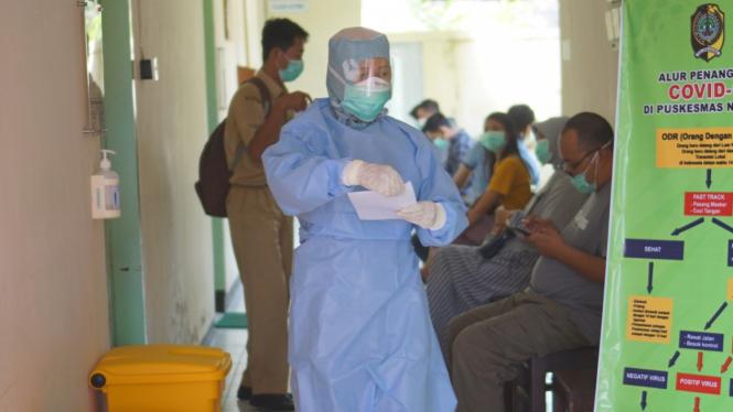 Petugas medis menggunakan pakaian APD (Alat Pelindung Diri)