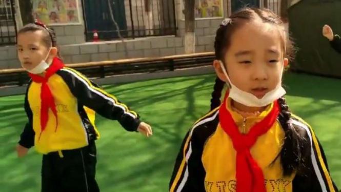 Anak sekolah mulai masuk di China.