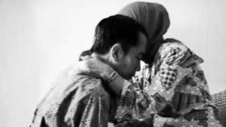 Presiden Jokowi dan Ibunda Sudjiatmi Notomiharjo.