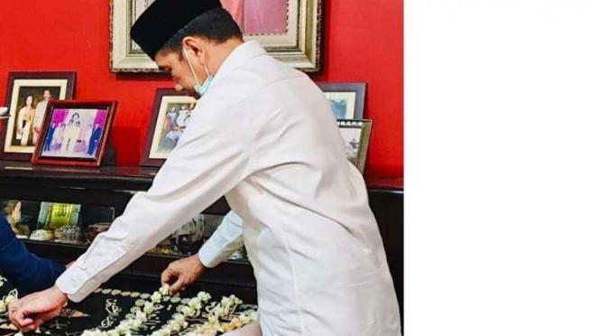 Presiden Jokowi di dekat jenazah ibundanya, Sujiatmi Notomihardjo