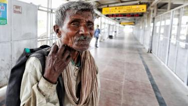 https://thumb.viva.co.id/media/frontend/thumbs3/2020/03/26/5e7c0e1b4954b-virus-corona-india-a-lockdowna-kaum-miskin-a-takut-kelaparan-akan-membunuh-kami-lebih-dulua_375_211.jpg