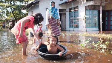 https://thumb.viva.co.id/media/frontend/thumbs3/2020/03/26/5e7c1e5623d9d-pesisir-indonesia-terancam-tenggelam-puluhan-juta-jiwa-akan-terdampak-tinggal-pasrah-saja-seandainya-air-besar_375_211.jpg