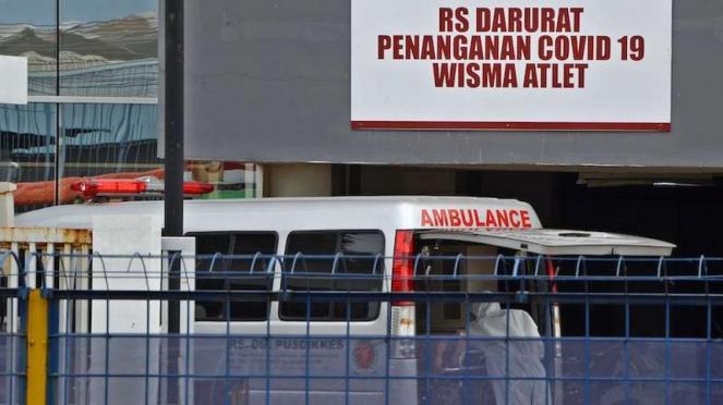 Petugas bersiap memindahkan pasien memasuki Rumah Sakit Darurat Penanganan COVID-19 di Wisma Atlet Kemayoran, Jakarta, Selasa (24/3/2020).