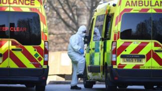 Petugas NHS Inggris sedang menangani kasus virus corona.