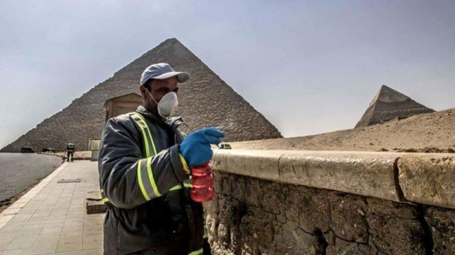 Piramida Mesir disemprot disinfektan untuk cegah Virus Corona COVID-19.