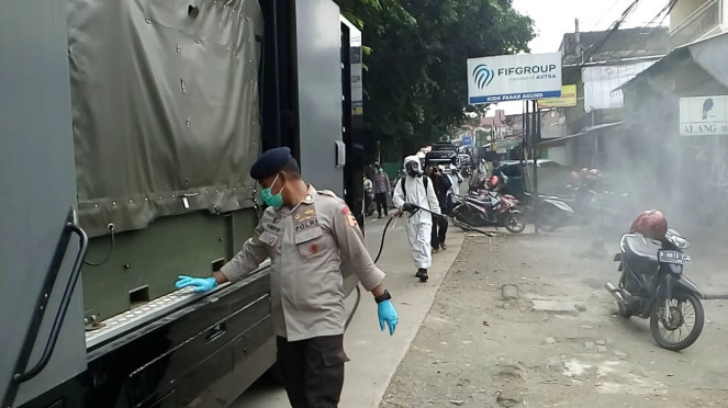 Petugas semprot disinfektan di Depok.