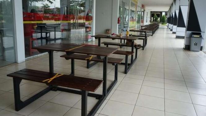 Suasana di rest area yang meja dan kursi makannya diberi pembatas